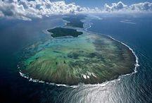 Sainte Marie / L'île Sainte Marie ou Nosy Boraha est une petite île tropicale, située sur la côte Est de Madagascar et près de laquelle des baleines à bosses se réunissent pour se reproduire dans  l'océan Indien