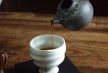 和風コーヒー Caffe` stile giapponese / I giapponesi amano il caffe` e ne hanno fatto un`arte, come loro abitudine del resto con tutto cio` che li appassiona. Dalle miscele sapientemente torrefatte e preparate al vasellame che accompagna questa speciale bevanda, prendersi un caffe` in Giappone in certe 喫茶店 kissaten e` davvero un`esperienza olfattiva e visiva straordinaria. ♥ Questa bacheca quindi e` dedicata al caffe` rivisto in chiave deliziosamente nipponica.