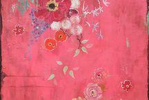 Kathe Fraga / Kathe Fraga's art. ręcznie maluje tapety zainspirowane motywami występującymi na tapetach starych paryskich rezydencji. Autorka czerpie również ze wzorów zdobiących japońskie kimona. Na jej tapetach dominują wzory kwiatowe, sylwetki ptaków, kolorystyka jest żywa i soczysta. Artystka maluje farbami akrylowymi na płótnach do fresków, swoje prace wykańcza lakierem, stylizuje je na XVII i XVIII wiek.