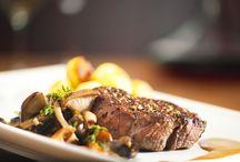 Restaurace Lihovar - Čapí hnízdo / Naše restaurace zaměřená na speciality světové kuchyně je bezpochyby jednou z nejlepších v kraji. Objevte špičkovou gastronomii, která staví na kvalitě pečlivě vybraných čerstvých surovin, do jejichž přípravy vkládá svůj mistrovský cit šéfkuchař Pavel Vokoun. K dobrému jídlu patří dobré víno. Náš personál Vám zkušeně poradí s výběrem toho pravého. A na závěr se pak můžete přesunout ke krbu a vychutnat si hřejivou sklenku lahodného koňaku.