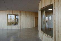 Arkitekturskolan / Akademiska Hus har i samarbete med KTH byggt en ny skola för arkitektur, samhällsbyggnad och byggteknik på KTH Campus. Det ovala huset, med en yta om 8800 kvm, skapar en länk genom kvarteret vid Osquars backe och blir en stimulerande och kreativ miljö mitt på campusområdet. Med en rundad och samlad planform får byggnaden en friliggande placering i det sammanhängande gårdsrummet, där den svängda konturen förkortar fasadernas visuella längd och öppnar vyer över hörnen. Arkitekter: Tham & Videgård