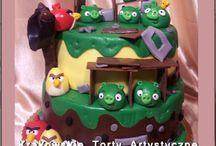 Torty dla dzieci uniwersalne / Tablica z przykładowymi zdjęciami tortów artystycznych wykonywanych w Krakowie w Cukierni Pod Arkadami przy ul. Krakowskiej 5.
