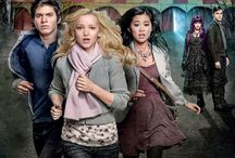 Monsterville: Cabinet of souls (2015) / Teenage friends must resist the spell of an evil showman staging a house of horrors show in their small town. Staring: Dove Cameron, Katherine McNamara, Laine MacNeil, Tiffany Espensen, Karin Konoval, Braeden Lemasters, Casey Dubois, Fiona Vroom, Kelly-Ruth Mercier, Sean Tyson, Ryan McCartan, Andrew Kavadas...