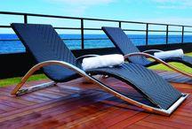 Linha Palena / Com linhas sinuosas e design diferenciado a chaise Palena é estruturada em alumínio e trançada manualmente com fibra sintética.