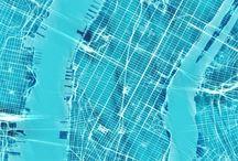 Mapas de ciudades abstractos / Una maraña de calles y avenidas bajo una atmósfera invisible de luces y colores. Un mapa real con una visión poética y personal. Láminas con un diseño abstracto en cuatro llamativos colores. Ideales para decorar.