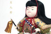 五月人形 / Tango no seku / 龍村裂の衣装を身にまとった豪華な五月人形。大切なお子様の健やかな成長を願うに相応しい人形で、小さな心にいつまでも残る思い出を刻んでいただければ幸いです。