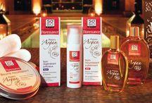 Kosmetyki naturalne z olejkiem arganowym / Hit ostatnich miesięcy olejek arganowy używany zarówno w kosmetykach do pielęgnacji włosów, jak i twarzy oraz całego ciała. Kobiety stosujące kosmetyki z olejkiem arganowym są zachwycone efektami widocznymi już po dwóch-trzech użyciach.