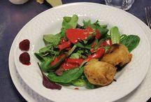Veganer Kochkurs bei FÖRDE-KÜCHEN / Ein gelungender Abend mit leckeren veganen Speisen ... vielen Dank an unsere tollen Teilnehmerinnen und an unsere Kursleiterin Lilo Höhne ... es war super lecker! Vorspeise: Rote Beete im Haselnußmantel mit Salat und Himbeerdressing Vorspeise II: Erbsensuppe mit Mandelmus, Chili, Walnußöl und Minze Hauptgericht: Gebackener Hokaidokürbis mit Seitab-Walnuß-Champignonfüllung und Möhren-Tomatensauce Nachspeise: Dattelcreme + Espresso mit Schoko-Capuccinicreme