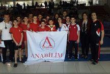 Havuzdan Anabilim çıktı / Türkiye şampiyonasında yarışacak takımların belli olduğu il müsabakalarında Anabilim Eğitim Kurumları Yıldız Erkekler Yüzme Takımı, birincilik kupasını almaya hak kazandı. Burhan Felek Yüzme Havuzu'nda yapılan ve toplam 67 okuldan 350 sporcunun yarıştığı şampiyonada sporcularımız, en yakın rakibine fark atarak büyük başarıya imza attı.