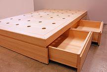 Basora | Cama Vega / La cama Vega es una cama de madera maciza con cuatro cajones. El diseño es simple y elegante. Fabricamos la cama para cualquier medida de colchón y en diferentes acabados.