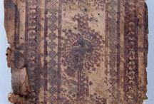 APADRINAT! Tade enestin en toide toi biblioi: Loukianou, Philostratou Eikones, Tou autou Heroika ... / Publicada a la impremta veneciana d'Aldo Manuzio el 1503, inclou un conjunt d'obres de diferents autors grecs en llengua original: Llucià de Samòsata, Flavi Filostrat, Cal•lístrat, i Filòstrat de Lemnos. A la portada i al colofó de l'obra hi ha la marca característica d'Aldo Manuzio: una àncora i un dofí. Trobem tres únics exemplars documentats a l'Estat espanyol, un dels quals és aquest nostre que prové del convent de Santa Caterina de Barcelona.