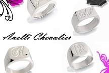 Anelli Chevalier - Anelli Sigillo /  L'anello Sigillo, detto anche anello Chevalier, ha origini molto antiche. Puoi indossarlo come vuole la tradizione o semplicemente come vezzo. Rivisitato in chiave moderna, lo abbiamo creato per gli uomini, ma anche per le donne, per un tocco davvero chic! Eleganza semplice per valorizzare il tuo look di tutti i giorni. http://www.floresgioiellishop.com/collezioni-gioielli.php?id_cole=31