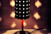Minuit / Schmuckes Design fürs Nachttischchen:  Das gemütlich warme Licht ist ideal für eine dezente Schlafraumbeleuchtung und eignet sich auch gut für Bettlektüren.  Recycling von: 78 Nespresso Kapseln, 1 Heizungsrohr, 1 Velobremsscheibe  Masse: Höhe 37cm       Durchmesser 14cm