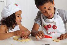 Cuisiner avec les enfants / La cuisine est l'occasion idéale pour exalter les papilles des enfants avec des recettes originales ! Créez un moment de complicité en famille et en cuisine, faites-leur découvrir les aliments, réaliser des créations amusantes et faciles…Plein d'idées de jeux pour tout savoir sur l'alimentation. Tous les coups de coeur de la team Wesco.