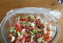 bbq salade / 1 komkommer op blokjes snijden. 1 ui fijnsnijden 6 tomaten op blokjes snijden potje feta met wat olie handje vol olijven fijnsnijden  alles mengen en je hebt een Heerlijk bbq salade.