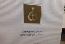 Mydło w kosce Alqvimia w 100% naturalne mydło zimno spieniane / 100% naturalne roślinne mydło o działaniu nawilżającym. Regenerują skórę właściwą całego ciała. Wykonane ręcznie w sposób rzemieślniczy techniką zimnego zmydlenia co zapewnia zatrzymanie właściwości składników aktywnych. Wykonane z najlepszych i najwyższej jakości surowców naturalnych. Synergia aktywnych 100% składników naturalnych pozostawia skórę wyjątkowo nawilżoną i odżywioną a dodatkowo gładką, miękką i aksamitną. Jego wyjątkowy skład to wyjątkowe działanie;