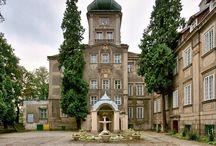 Iłowa - Pałac / Pałac w Iłowej zbudowany został w 1626 r. na murach poprzedniego założenia dla Krzysztofa von Schellendorf.  W poł. XVII w. przechodzi Iłowa w ręce von Promnitzów. W poł. XVIII w. zostaje dobudowane barokowe skrzydło. Po śmierci ostatniego z Promniców majątek przechodzi przez wiele rąk. W roku 1902 rezydencję kupił hrabia Rzeszy Niemieckiej Friedrich Maximilian von Hochberg.  Po 1945 r. majątek został znacjonalizowany. Obecnie w pałacu mieści się szkoła.