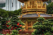 Hong Kong / Дословно Гонконг – «благоухающая гавань». Это название возникло из-за торговли на этом острове благовониями и различными изделиями из свежей древесины с ярко выраженным древесно-травянистым ароматом. Феноменальное и неповторимое место, начиная с его возникновения и заканчивая становлением и развитием. Из маленькой рыболовецкой деревушки под названием Гонконг вырос крупнейший финансово-экономический центр мира.
