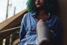 Colorações / Você quer pintar seu cabelo e mudar o visual, mas fica com medo de que a nova cor não combine com os seus cachos? Veja alguma sugestões e arrase!