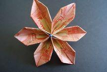 Origami Hechos de Billetes de Lempira / El origami (折り紙?) es el arte de origen japonés consistente en el plegado de papel para obtener figuras de formas variadas. En español se denomina usualmente papiroflexia, aunque su nombre oriental, origami, también está muy extendido. Otra palabra para referirse a este arte es cocotología.