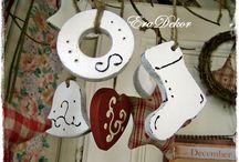 Karácsonyi hangulatok / Festett fa karácsonyfadíszek, dekorációk További információ: www.eradekor.hu