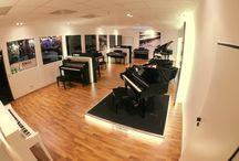 Teclados / En la categoría Piano y Teclado se encuentran nuestros actuales instrumentos electrónicos de teclas. Teclados electrónicos modernos son cada vez más potentes.