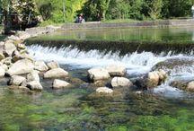 Fontaine de Vaucluse en Provence... / Fontaine de Vaucluse est un lieu incontournable, un site enchanteur situé au cœur d'une vallée, aux pieds des monts de Vaucluse entre Saumane & Lagnes où surgit mystérieusement la Sorgue…