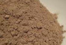 ΜΑΓΙΚΕΣ ΣΚΟΝΕΣ / Σκόνη ονομάζουμε το μείγμα από ένα ή περισσότερα αποξηραμένα βότανα, τα οποία τα έχουμε κοπανήσει στο γουδί μέχρι να πάρουν τη μορφή της σκόνης. Σε μια σκόνη μπορούμε να προσθέσουμε και λίγες σταγόνες από κάποια αιθέρια έλαια, τόσες ώστε να μην αλλοιωθεί η μορφή της.