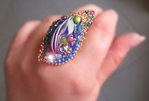 f) prstýnky a brože