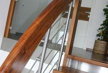 HANDLAUF MITTRAGENDE TREPPE / Diese Art wird als Treppe mit tragendem Geländerholm ausgeführt. Hier übernimmt der bohlenförmige Holm, der zugleich auch als Handlauf genutzt wird, die anfallenden Kräfte der Abhängun