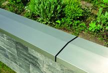 Schutz vor Witterung - Ganz schön edel! / Gartenmauern müssen vor der Witterung geschützt werden. Ob rustikal, modern, ob aus herkömmlichen Beton oder Wetcast im Naturstein-Design: Die WESERWABEN-Abdeckungen gibt es in vielen Farbtönen und Oberflächenstrukturen. So wird eine WESERWABEN-Mauerabdeckung auch als dekorierendes und verjüngendes Gestaltungselement eingesetzt. Dauerhaft glänzenden Schutz bietet die Edelstahl-Mauerabdeckung. Der zeitlos moderne Look passt perfekt zu modernen oder modernisierten Gebäuden.