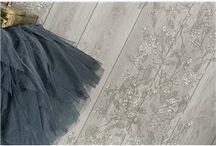 """Papeles Pintados NAF NAF / Lutèce lanza su primera colección de papeles pintados de NAF NAF, inspirada en el universo de prêt à porter de la marca y la decoración de sus tiendas. Extremadamente contemporánea, la colección viste las paredes con un toque chic femenino de fantasía y poesía. Los motivos barrocos se unen con flores románticas y lunares con un toque de colores pop para una imagen perfectamente """"femenina""""."""