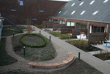 Binnentuin inrichten / Voorbeelden van binnentuinen die zijn ingericht met Falco producten voor  o.a. scholen, gemeenten, wijkraden, woningbouwverenigingen en VVE's.