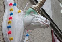 L'Art des Enseignes / The Art of Signs / En proposant à des commerçants de laisser des artistes réinterpréter leur enseigne, le Voyage à Nantes implique dans une démarche créative les acteurs essentiels de la cité.