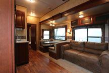 Intérieur de notre caravane Liberty avant travaux / Intérieur de la caravane, fifth wheel, roulotte sierra 356 saq 2011 avant rénovation. Nous allons éclaircir l'intérieur avec beaucoup de blanc.