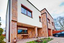 Nasze realizacje - Domek jednorodzinny w miejscowości Wawer / Dzisiaj mamy coś dla miłośników budownictwa jednorodzinnego. W miejscowości Wawer powstał budynek z zastosowaniem naszych okien. Bardzo ciekawe połączenie różnych form i kolorów, prawda? :)