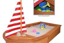 Sandkasten Sandkiste Buddelkiste für Kinder / Ein Sandkasten im Garten, der darf nirgends fehlen, wenn Kinder draußen im Garten spielen. In der Sandkiste wird mit tollem Sandspielzeug gebuddelt.