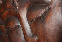 Buddhas / Holz- und Messingbuddhas Buddha verkörpert die Zentrierung in der eigenen Mitte und den spirituellen Weg der Meditation und Erleuchtung. Aus der inneren Zentrierung schöpft man die Weisheit, Liebe und Kraft, die dann im Alltag in allen Lebensbereichen angewendet werden kann. Buddha sollte im Wohnungszentrum aufgestellt werden, das die Mitte der Person repräsentiert, kann aber auch in jedem anderen Raum dienen, in dem Sie sich wünschen, mehr aus Ihrem Zentrum heraus zu wirken.