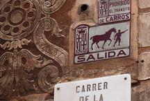 Barceloba: plaques curioses / Lapides als carrer de la ciutat, de caire curios, ja sigui pel que diuen o per com ho presenten