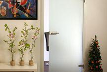 Glazen binnendeuren / Gehard glazen binnendeuren voor een sfeervol en verrassend design. Voor meer informatie over glazen binnendeuren gaat u naar onze website.