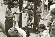 Helen Levitt (1913 - 2009) / Helen Levitt è stata una fotografa documentaria statunitense. È cresciuta a Brooklyn e una volta finita la scuola ha subito cominciato a lavorare nel campo della fotografia presso uno studio nel Bronx.