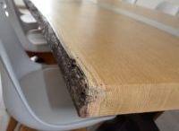 Eettafel van eikenhout met glas en staal / Boomstam eettafel met schors, voorzien van glas met verlichting en afgewerkt met staal. Deze tafel bestaat uit twee verschillende bladen van Franse eikenbomen. Afmetingen op de foto: 250 lang, 80-90 breed. voor meer informatie zie JUCE-design.nl