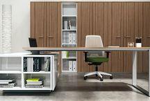 Escritorios de oficina y muebles diseño italiano / Escritorio ejecutivo y escritorio de diseño, Silla ejecutiva y silla de oficina, mampara divisoria, mesa de conferencia.