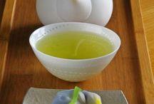 Gyokuro / Esta excelente y particular hebra de alta gama proviene de la provincia de Zhizuoka, Japón. Crece a una altitud de entre 450 a 500 metros aproximadamente. Sin duda es uno de los mejores tés verdes del Japón, sus hojas son cosechadas únicamente durante Abril y Mayo.