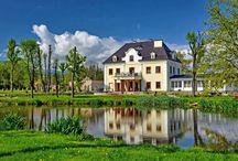 """Staniszów Dolny - Pałac """"Na Wodzie"""" / Pałac na Wodzie w Staniszowie Dolnym. Jego historia sięga XVIII wieku. Prawdopodobnym zleceniodawcą budowy był Heinrich XXXVIII von Reuss, który w 1786 roku rozpoczął budowę obiektu jako dworu. Obecnie mieści się tu ośrodek SPA.  Palace """"Na Wodzie"""" in Staniszów Dolny. His history reaches the 18th century. Heinrich XXXVIII von Reuss which in 1786 began construction of the object as the manor house was a presumed principal of the structure. At present here a SPA centre is located."""