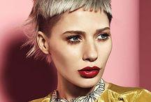 Damefrisurer - Kort hår / Med 'Damefrisurer - Kort hår' forsøger vi altid at opdatere dig på de nyeste frisuretrends i kort hår. Er du mere nysgerrig, kan du finde yderligere inspiration under frisurekollektioner på vores hjemmeside.