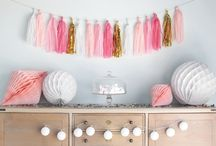 Tassel Garlands / Are you looking for THE product to complete your decor and bring it a touch of lightness? We have what you need ! The tassel garland will dazzle your decor with the brilliance of their colours.  Your guests will be amazed by the lightness of tassel-shaped tassels for all your events. Set them over a candy bar or on the walls of your reception room for a baptism, wedding, baby shower or birthday to create an airy decor.