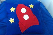 Foguetes / Decoração espacial para quartos de meninos. Foguete, nave espacial e estrelas decoram e divertem a molecada.