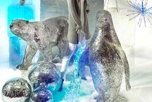"""Winterdeko Trend 2016: """"Cool Sensation"""" / Wie frisch vom Winterspaziergang. Wenn draußen der Schnee vom Himmel fällt, wird es Zeit, dass die Dekoration sich in ein winterliches Wohlfühlparadies verwandelt! Die Töne werden eisig und haben einen stärkeren Bezug zur Natur. Winterweiß, gefrorenes Blau, helle Naturtöne und viel silberner Glitzer sind für """"COOL SENSATION"""" essentiell. Mit leuchtenden Eiskristallen können auch im dunklen Winter dekorative Akzente gesetzt werden."""