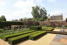 Moderne Tuinen / Moderne tuinen worden gekenmerkt door een strakke belijning, symmetrie, evenwichtig design en een goede structuur.  De leden van Tophoveniers hebben diverse moderne tuinen gerealiseerd o.a: kindvriendelijke moderne tuinen,  moderne tuinen met vijver, moderne efficiënte tuinen, strakke moderne tuinen en moderne onderhoudsvriendelijkevrije tuinen